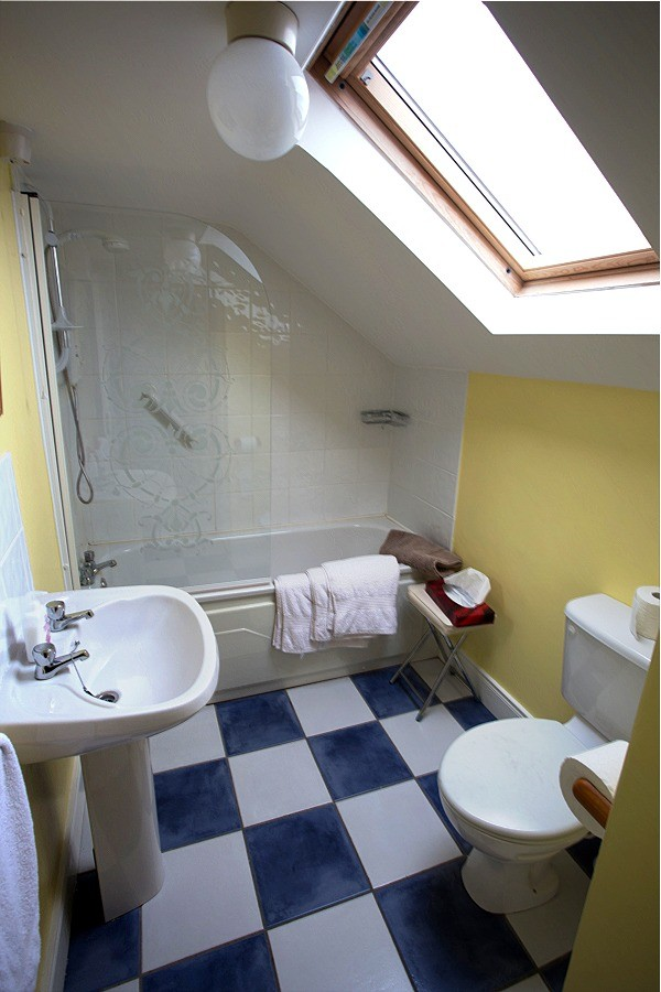 Bathroom in the second floor, 1 bedroom apartment at Árasáin Bhalor - 4 Star Self Catering Apartments & House, Falcarragh, County Donegal, Ireland