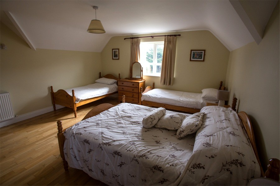 Family bedroom in the holiday home at Árasáin Bhalor - 4 Star Self Catering Apartments & House, Falcarragh, County Donegal, Ireland